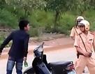 Vi phạm luật giao thông còn hung hãn đánh CSGT