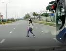 Sang đường trước mũi ôtô - Hiểm hoạ cho cả hai