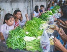 Độc lạ kiểu ăn buffet rau ở vỉa hè