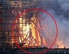 Hình ảnh giống Chúa Jesus trong vụ cháy Nhà thờ Đức Bà Paris gây xôn xao