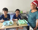 Hai em nhỏ và hành trình 8 tiếng di chuyển mỗi tháng để đến viện điều trị