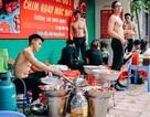 """Tranh cãi dàn trai đẹp, cởi trần """"khoe cơ bắp"""" phục vụ quán ăn vỉa hè Hà Nội"""