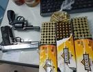 Bắt giữ thanh niên mang 2 khẩu súng quân dụng và 178 viên đạn