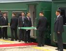 Cận vệ của ông Kim Jong-un loay hoay khi đoàn tàu bọc thép lệch thảm đỏ