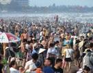 Biển người ken đặc trên bãi tắm Sầm Sơn