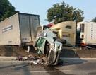 Dừng đèn đỏ, xe bán tải bị hất tung khỏi đường vì container tông thẳng phía sau