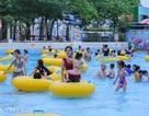 Hàng nghìn người đổ xô đến công viên nước Hồ Tây dịp nghỉ lễ