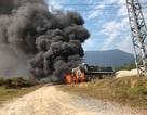 Xe đầu kéo bốc cháy dữ dội, tạo thành cột khói khổng lồ
