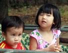 Tuổi thơ không lành lặn của 2 bé miền quê nghèo Hà tĩnh, nguy cơ mù vĩnh viễn