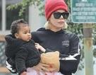 Khloe Kardashian bế con cưng ra phố