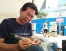 Người đàn ông khắc chữ lưu niệm gần 40 năm tại Sài Gòn