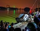 Hà Nội: Ô tô lao xuống hồ Linh Đàm, tài xế đạp cửa thoát thân