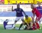 Cầu thủ B.Bình Dương chấn thương nặng được trọng tài cấp cứu ngay trên sân