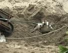 Kinh hãi phát hiện chân người thò ra trong đống cát