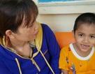 Bé trai có nguy cơ bại liệt đang dần hồi phục được bạn đọc Dân trí giúp đỡ gần 40 triệu đồng