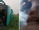 Xe bus bị lốc xoáy khổng lồ cuốn lên cao 10m, hành khách ngồi trong quay video
