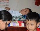 Xót thương nam kĩ sư bị tai nạn liệt giường, hai con thơ dại cầu phép mầu cho bố!