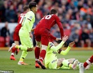 Messi tức giận khi bị hậu vệ Liverpool chơi xấu