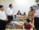 Bộ trưởng Đào Ngọc Dung tặng quà các cháu có hoàn cảnh khó khăn