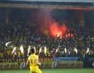 Hai đội bóng V-League bị phạt vì đốt pháo sáng trên sân Hàng Đẫy