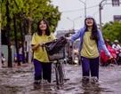 Dân Sài Gòn bì bõm lội nước về nhà, sau cơn mưa đầu mùa