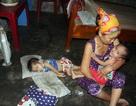 """Gia đình nghèo kiết bất lực nhìn con gái 3 tuổi không có hậu môn """"chết mòn""""!"""