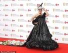 Diễn viên hài Daisy May Cooper mặc váy làm từ... túi đựng rác