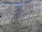 Ngôi làng chi mạnh 2000 Euro để giải mã ký tự lạ trên phiến đá 230 năm tuổi