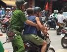"""Hà Nội: Người đàn ông đập chai bia làm """"vũ khí"""" đâm công an"""