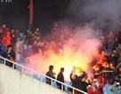 """Bóng đá Việt Nam """"ốm tiền"""" vì để CĐV đốt pháo sáng trên sân"""