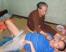 Nghẹn ngào cảnh mẹ già tuổi 80, 17 năm tần tảo nuôi con trai giáo viên liệt giường