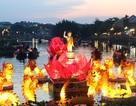 Du khách hào hứng với 7 đóa sen khổng lồ trên sông Hoài