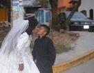 """Bức ảnh cô dâu hôn """"cậu bé học sinh"""" gây sốt và sự thật cảm động phía sau"""