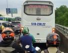 Ô tô chạy vào làn xe máy: CSGT thấy vi phạm nhưng không phạt được!