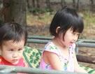 Bệnh viện Mắt Trung ương khám miễn phí cho hai chị em ruột nguy cơ mù vì đục giác mạc bẩm sinh