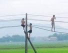 Đu dây điện để nhảy tắm ao, 2 cháu bé tử vong thương tâm