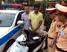 Hà Nội: CSGT bắt nóng gã trai dùng súng cướp xe máy của phụ nữ