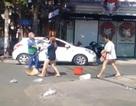 Bị nhắc nhở xả rác, chủ shop quần áo tấn công chị lao công giữa phố