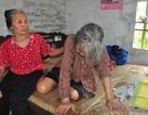 Nỗi cơ cực không thể tưởng tượng của hai cụ bà tuổi 80 bơ vơ, lay lắt bên nghĩa địa!