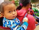 Những em bé đi chợ trên… lưng mẹ ở Bắc Hà!