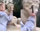 Người mẫu 18 tuổi dùng búa đập tượng cổ 200 năm để lên Instagram đăng clip