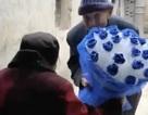 Cụ ông 97 tuổi mua hoa tặng vợ 99 tuổi nhân ngày tỏ tình của Trung Quốc