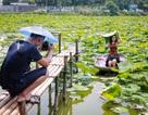 Thiếu nữ Hà Thành mặc áo yếm, chen chân chụp ảnh sen đầu mùa