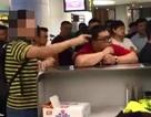 Khách Trung Quốc bắt tiếp viên quỳ gối xin lỗi vì máy bay trễ chuyến