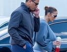 Jennifer Lopez khỏe khoắn ra phố với bạn trai kém tuổi