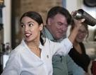 Nữ nghị sĩ trẻ nhất lịch sử Mỹ bất ngờ quay trở lại làm bồi bàn, pha chế