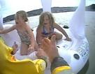 Mẹ khóc thét khi chứng kiến cảnh hai con ngồi phao bị sóng đánh dạt ra biển