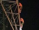 Hy hữu 2 anh em mắc kẹt trên cột điện cao thế nhiều giờ trong đêm