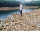 Ngang nhiên đổ cả nghìn khối đất đá xuống lòng hồ thủy lợi