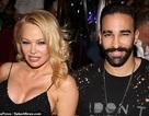 """Pamela Anderson """"lấp ló"""" ngực khủng bên bồ kém tuổi"""